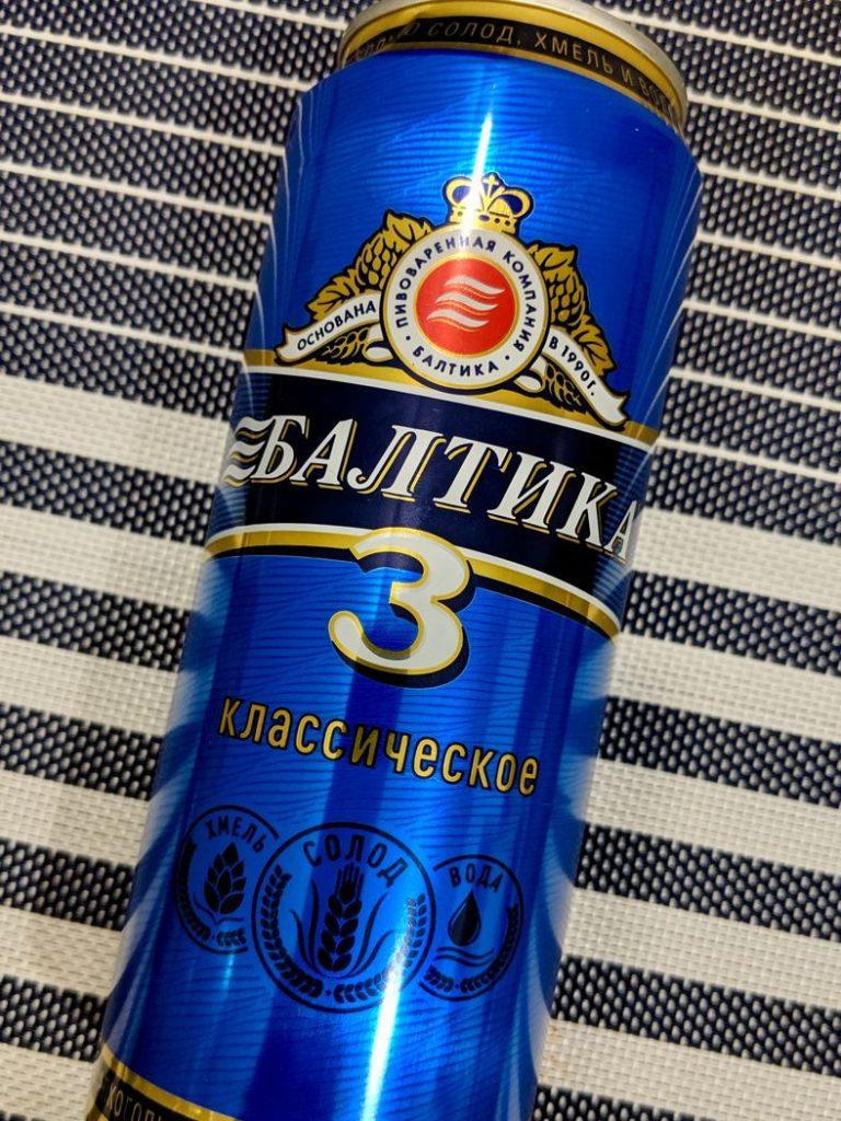 Банка пива балтика 3 на столе